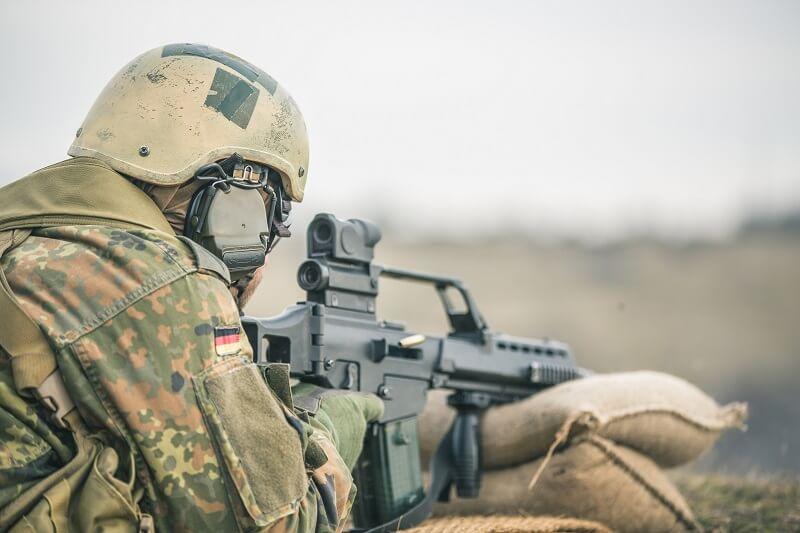 Multitools für Soldaten beim Schießen